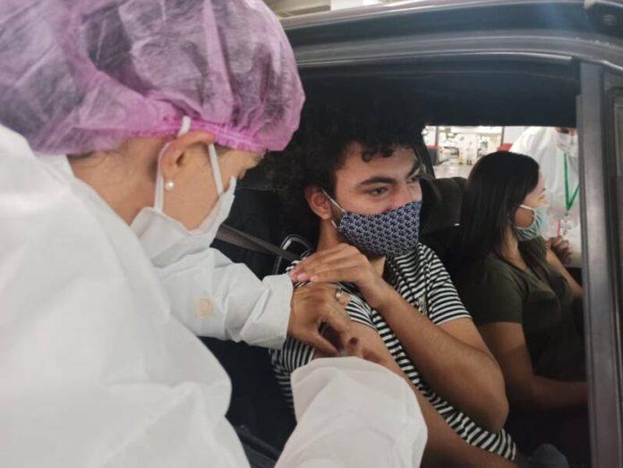 Aplicação da vacina é realizada no sistema de drive-thru das 9h às 18h
